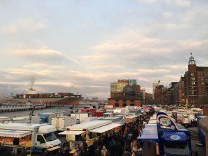 Blick auf den Hamburger Fischmarkt mit der Fischauktionshalle im Hintergrund