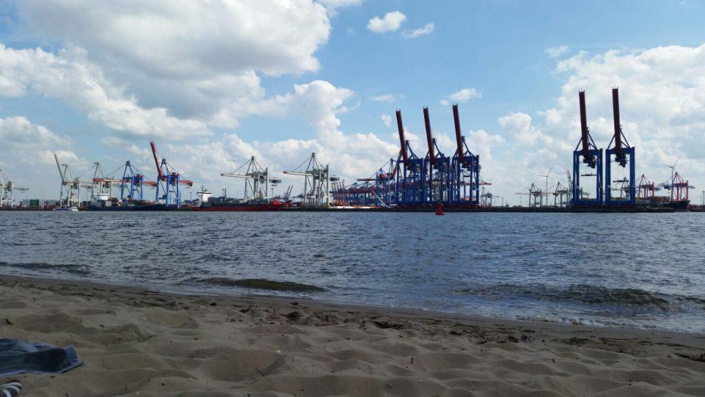 Blick vom Elbstrand auf den Containerhafen